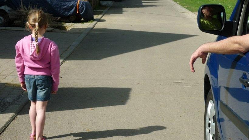 Un inconnu aborde un enfant seul : les pièges des pédoprédateurs