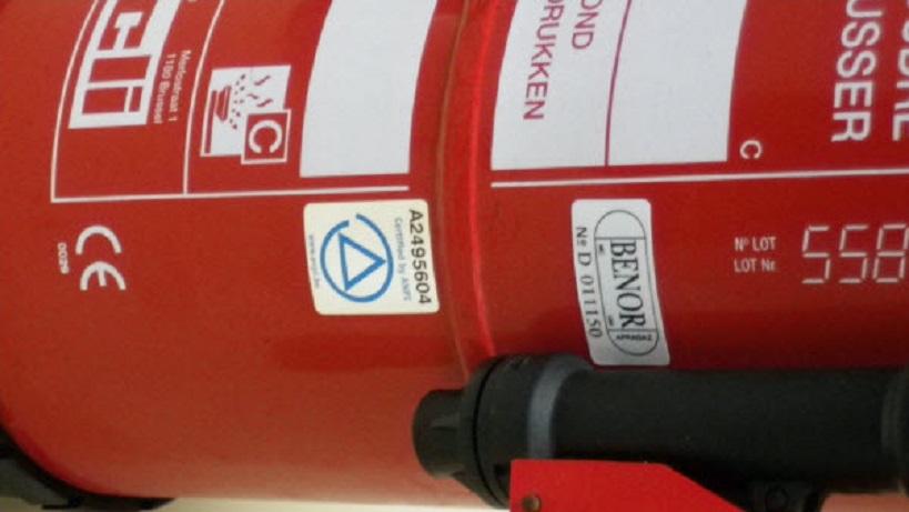 Un extincteur pour maîtriser de petits incendies à la maison